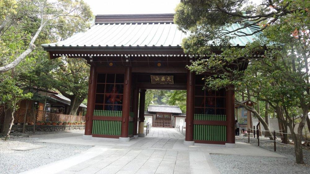 ประตูทางเข้าวัดโกะโตะกุ-อิน ประตูนิโอะ-มอน (Nio-mon)