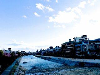 鴨川的水位通常都很低,令鴨川成為一個在清晨和晚上散步的好地方