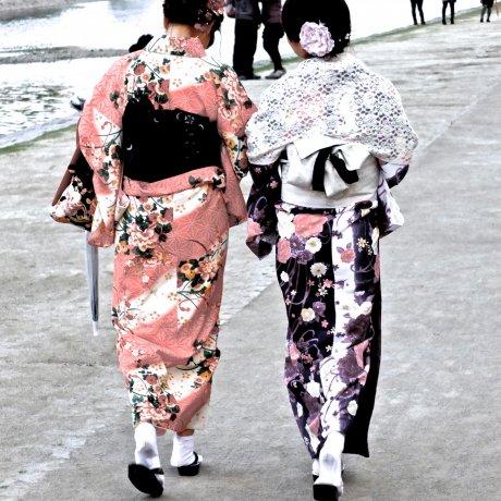 황혼에 카모가와 강을 따라 산책하다