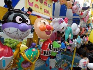 Dijual juga beragam mainan, termasuk topeng dari pertunjukan anak-anak populer seperti Anpanman dan Super Sentai