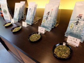 สามารถให้พนักงานชงชาแต่ละชนิดให้ชิมก่อนตัดสินใจซื้อได้ ชาที่เรียงอยู่ แม้ห่อสี่เดียวกัน แต่ราคาจะไม่เหมือนกัน โดยเรียงจากคุณภาพของใบชานั่นเอง
