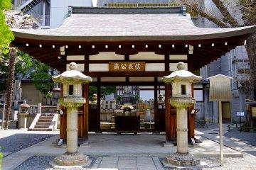 <p>Altar for Nobunaga memorial grave</p>