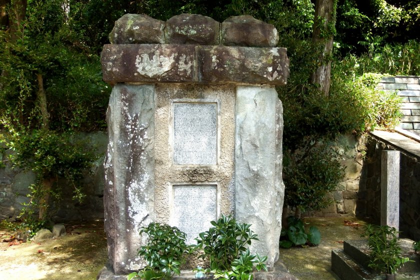 Tomb of 11 German POWs who passed away in the camp, which was built by co-POWs. A local woman found the ivy-covered, abandoned tomb in 1948; since then she and her family members have been taking care of it. In the 1960s, some of the former POWs learned of their kindness and effort, which revived communication between former POWs and the people of Bando