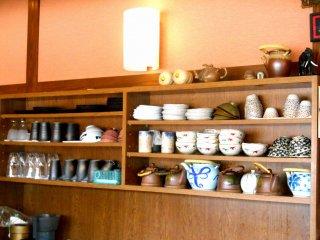 Terdapat tembikar Otani yang berjajar di rak