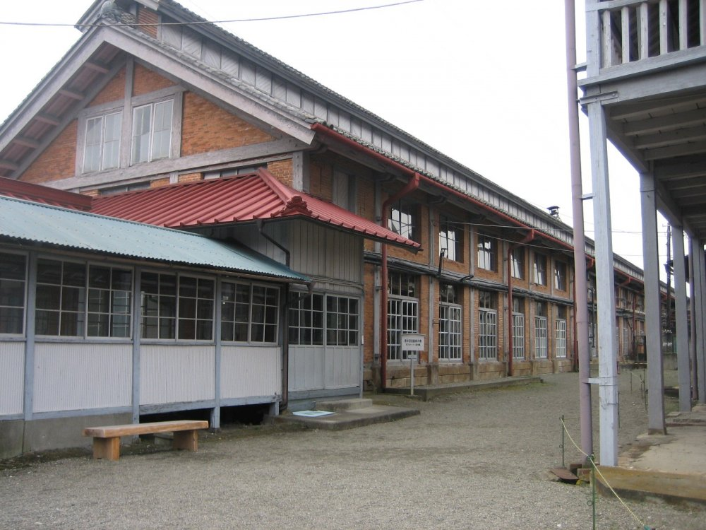 The buildings of Tomioka's Silk Mill are in nearly-perfect condition. Next to the silk-reeling mill building itself, there are two cocoon warehouses, the workers' dormitories and the director's house.