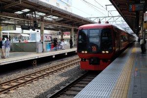 จากโตเกียวมา Kinugawa ใช้รถไฟ Spacia Nikko/Spacia Kinugawa ของ JR พาตเนอร์กับTobu Railway