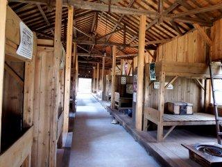 Внутри первого барака. Двухъярусные кровати, выстроенные в линию по обе стороны