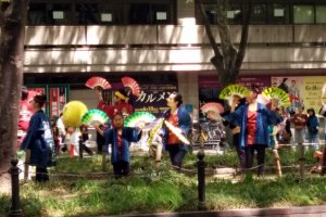 The Sparrow Dance is performed on the center divide of Jozenji Avenue, in a perfect position to entertain the crowds and support the runners on either side of them.