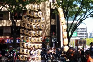Some performers from Akita Prefecture have come to entertain the crowds with their lantern balancing act.