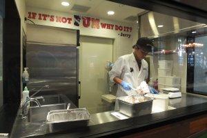 มีพนักงานกวนไอศกรีมโชว์ให้ดูในตู้กระจกด้วย