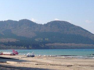 Dãy núi ngoạn mục và hồ nước xinh đẹp tạo nên một sự kết hợp kỳ diệu