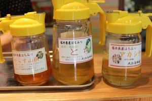 試食用のはちみつ。どれも「大沼養蜂園」特製だ