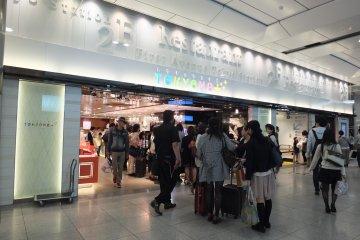 <p>มีร้านค้าอยู่ในสถานีด้วย</p>