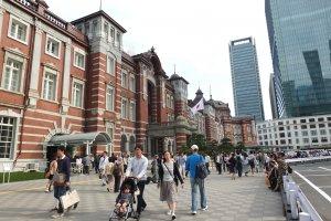 สถานีรถไฟโตเกียวรุ่นที่ 3 สร้างให้เหมือนกับอาคารสถาปัตยกรรมสไตล์ยุโรปดั้งเดิมในรุ่นที่ 1
