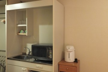 <p>Kitchen corner equipped with microwave and kitchen sink</p>
