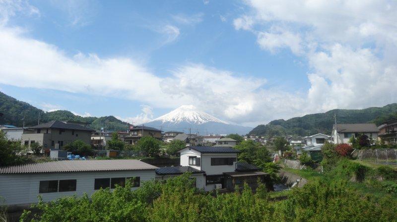 <p>Viewing beautiful Mt. Fuji from the Fujikyuko Line train</p>