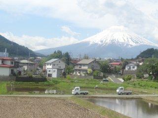 ชมวิวไปอย่างช้าๆ บนรถไฟสายฟูจิกิวโกะ (Fujikyuko Line)
