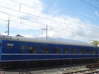 รถไฟสายฟูจิกิวโกะกับวิวภูเขาฟูจิ