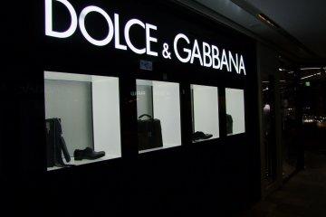 <p>Sophisticated fashion shops</p>
