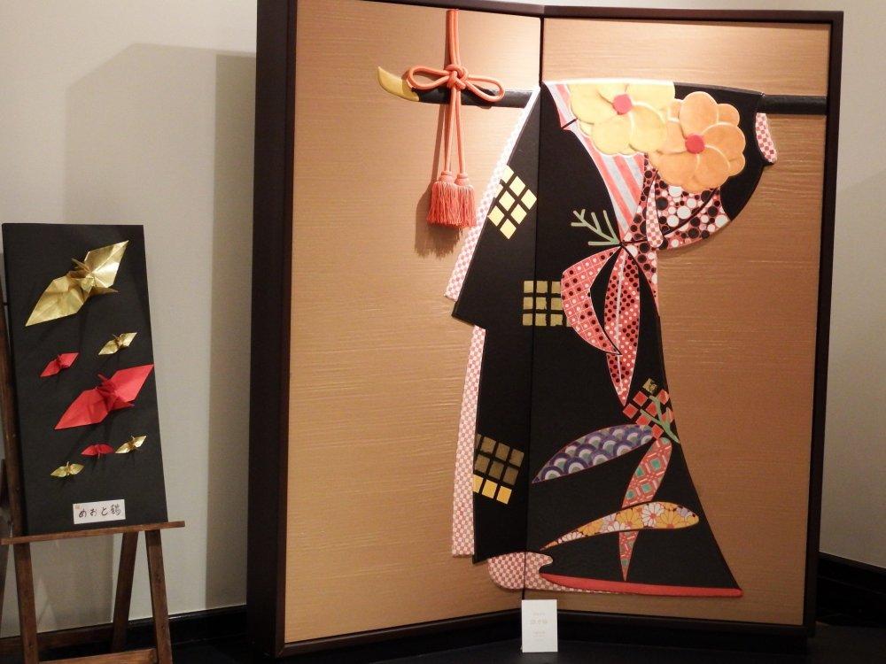 ホテルロビーに飾られた、屏風と着物のアート