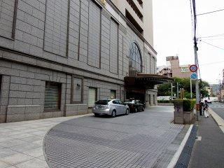 前の通りから見るホテル日航プリンセス京都