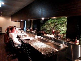 ภายในร้าน 'Beef MIKAKU' ตกแต่งได้สวยงาม และมีแขกต่างชาติกำลังนั่งชมวิวที่หน้าต่าง