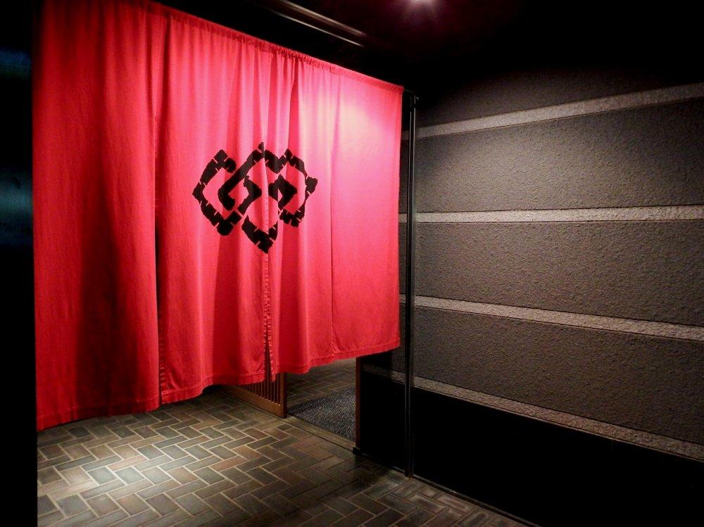 ม่านโนะเรินสีแดงสวยของร้าน 'Beef MIKAKU'