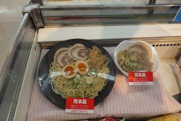 <p>ถ้าเป็นอาหารแช่เย็นจะมีอาหารตัวอย่างจัดแสดงให้ดูด้วย</p>