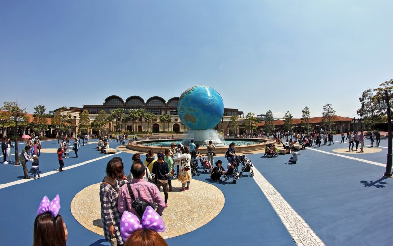 <p>The front of the park has the world globe as a fountain and you can see the entrance to the park in the background.&nbsp;</p>