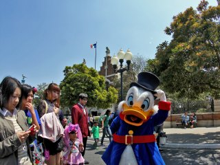 Scrooge McDuck always has time to pose for visitors.