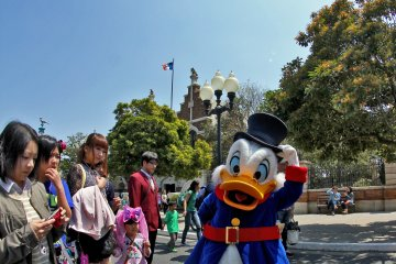 <p>Scrooge McDuck always has time to pose for visitors.&nbsp;</p>