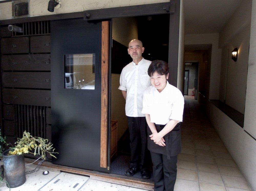 Hai vợ chồng chủ cửa hàng cảm ơn và tiễn chúng tôi ở lối vào. Sự hiếu khách của người Nhật Bản ở Kyoto!