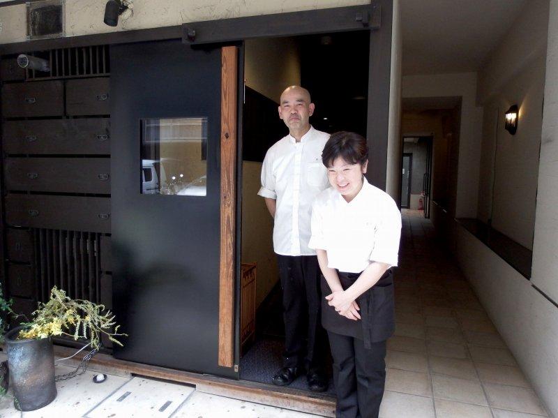 오너 커플이 우리에게 감사하며 입구에서 우리를 배웅한다. 교토에서 일본인 접대!