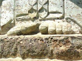 เท้าของรูปแกะสลักแคนนอน เทพธิดาแห่งสันติภาพ