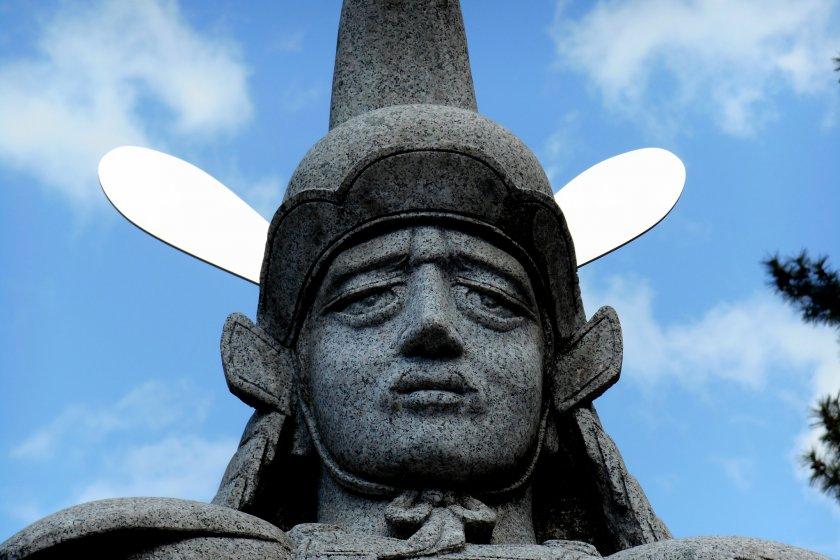 福井城跡に佇む結城秀康の銅像のクローズアップ