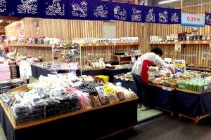 """Marisco seco e especialidades gourmet locais nos Mercados de Marisco e Peixe do Porto de Maizuru """"Tore Tore"""", apenas a uma curta viagem da estação ferroviária de Nishi Maizuru"""