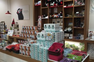 くまモングッズ販売コーナー。上部にはくまモンの思い出の品が飾られている。