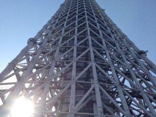 يسطع البرج بينما تغيب الشمس