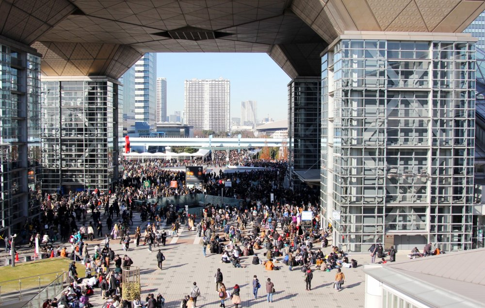 Tokyo Big Sight является массивным зданием с множеством залов, открытых для различных событий. Люди, кишащие вокруг, выглядят почти как муравьи.
