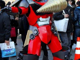 Люди не были единственными костюмированными героями на этой конвенции, многие участники косплеили роботов.