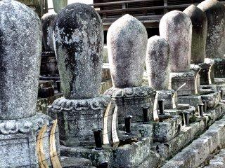 面白い形の墓石たち