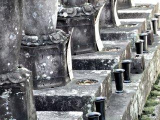 横から見た面白い墓石の姿