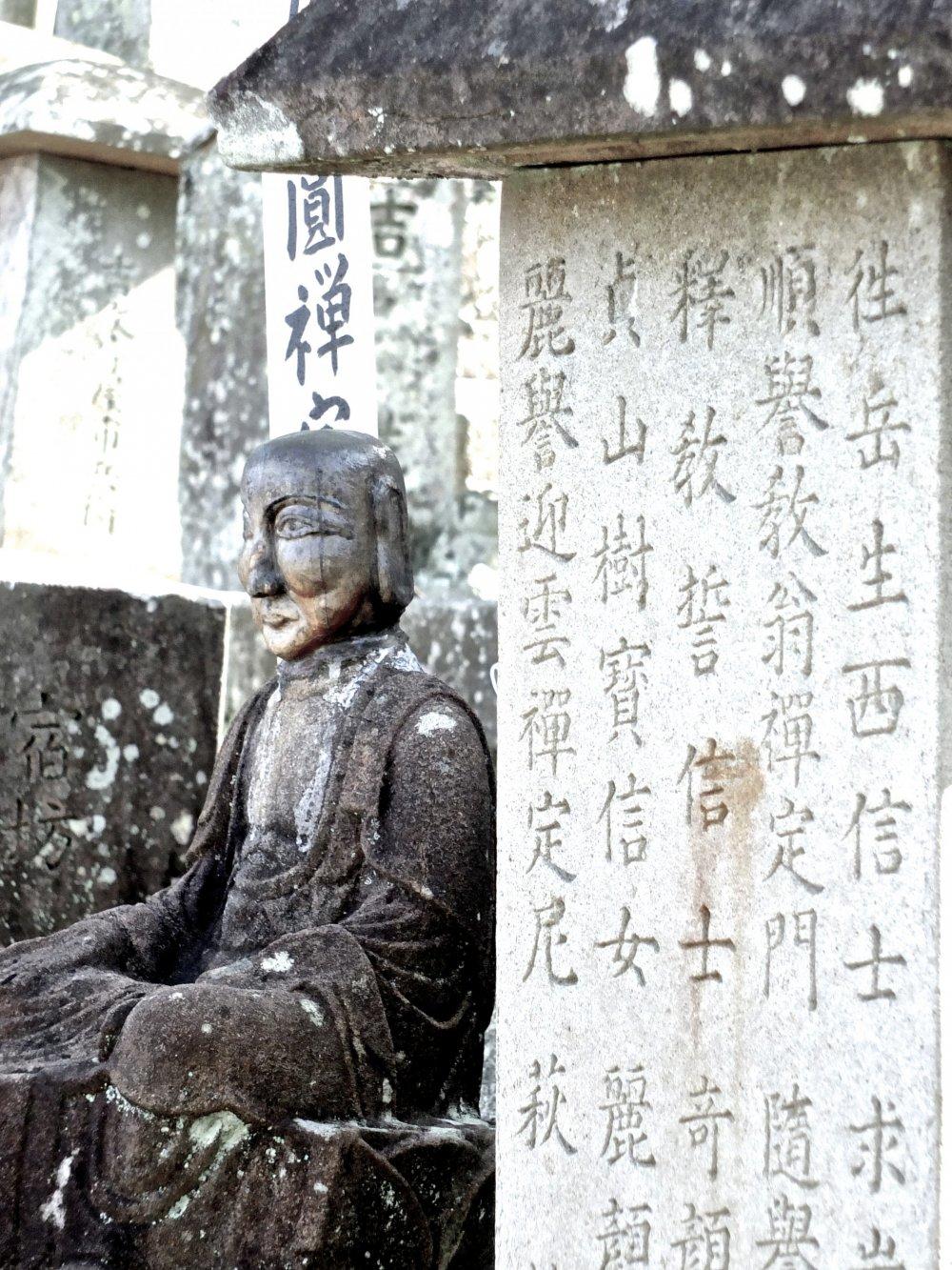 この仏像を見た瞬間、思わず息を呑んだ。おそらくこの仏像だけで50枚以上は写真を撮っただろう
