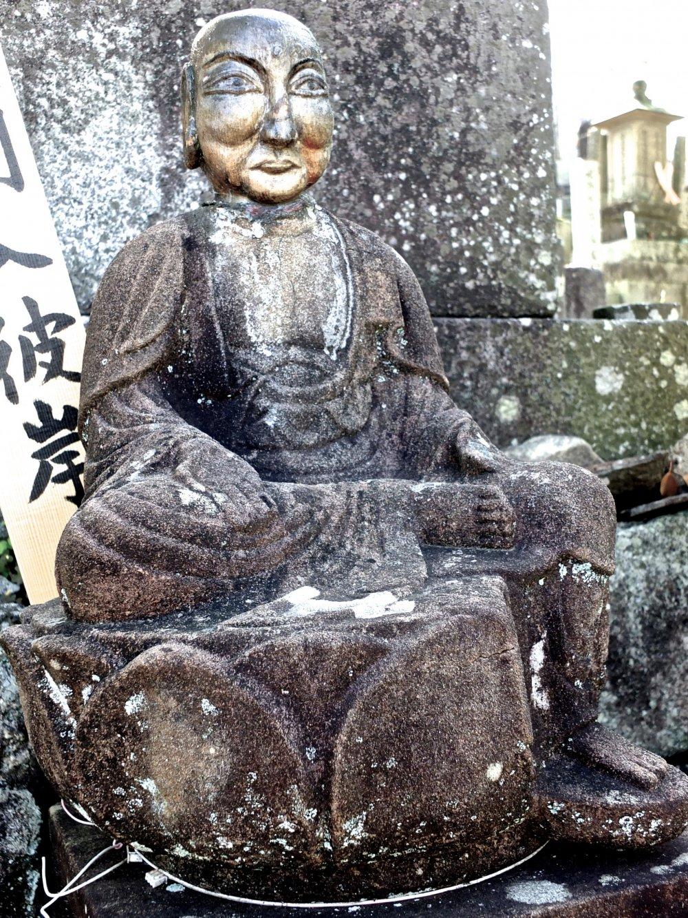 この坐像の佇まいと表情には、何か言葉にできない威厳がある
