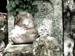 머리가 없는 두 동상
