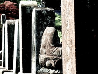 비석의 머리 없는 조각상