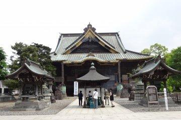 <p>อาคารไม้เก่าแก่ที่มีพระพุทธรูปประดิษฐานอยู่</p>