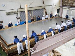 Making the world's largest washi paper.