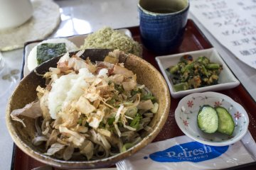 <p>Oroshi soba served with onigiri and a soothing cup of green tea</p>