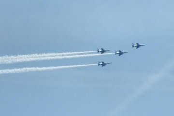 <p>One of the jets has separated from the group, while another takes the lead</p>